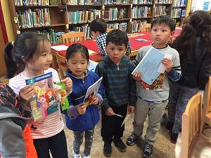 Temple Sinai gives books to Bella Vista students
