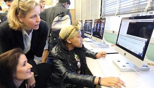 Oakland Mayor Libby Schaaf & Megan Smith, Chief Technology Officer for White House, talk technology with a Skyline student.